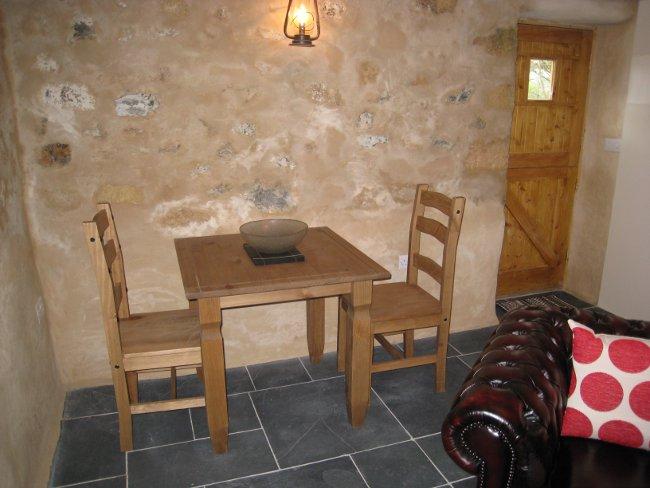 Peswora dining table